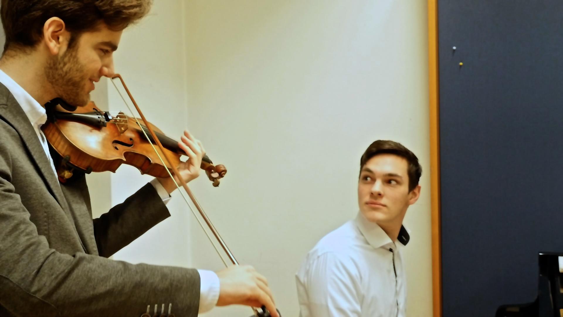 Geiger-Emmanule-Tjeknavorian-mit-Pianist-Maximilian-Kromer
