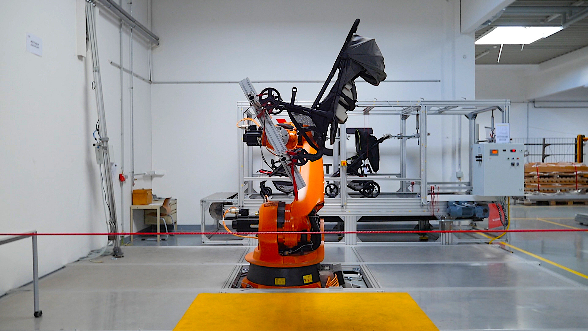 NEWTON_Auf-dem-Pruefstand_Roboter-testst-Kinderwagen_c_Filmwerkstatt